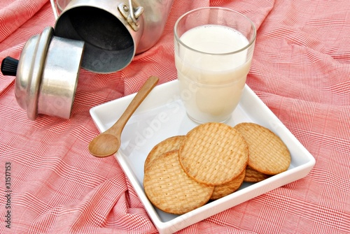 Bodegon de leche con galletas
