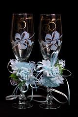Свадебные бокалы на черном фоне