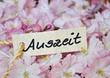 """Pappschild """"Auszeit"""" auf Blüten"""