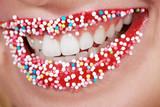 Süßes Lächeln einer Frau, Mund close up - 31535782