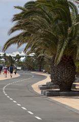 Straße an der Strandpromenade in Puerto del Carmen auf Lanzarote