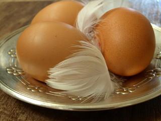 jajka na srebrnym talerzu