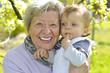 Oma  mit Enkel im Garten 4