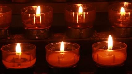 Kerzen in Kirche zum Spenden von Trost und Segen in Not