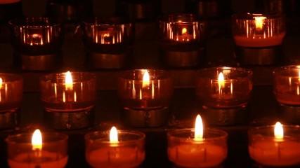 Kerzen zum Anzünden in Kirche für Hoffnung und Segen