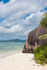 côte de la Digue aux Seychelles, sable blanc et rocher