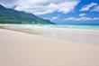 immense plage déserte des Seychelles