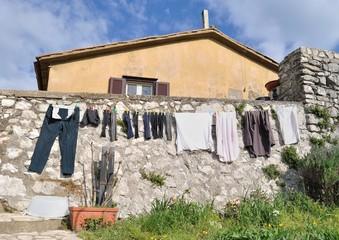 Bucato steso al sole ad asciugare