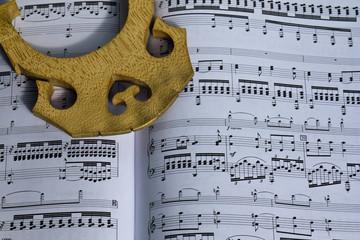Ponte di contrabbasso su spartito musicale