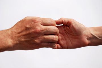 Zwei Hände halten sich gerade noch fest