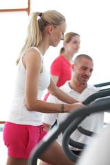 Frauen im Fitness mit Fitnesstrainer