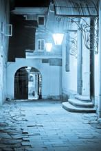 Dziedziniec zabytków we Lwowie w nocy
