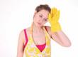 Девушка в фартуке и резиновых перчатках