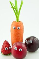 carotte, fraise et brugnons avec des yeux