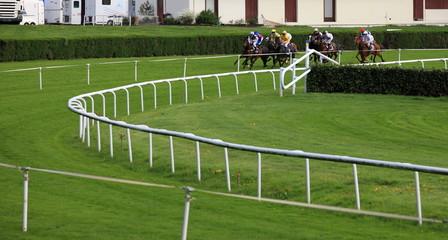 course de chevaux dans un virage