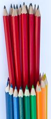 crayons de couleur et crayons noirs