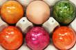 gefärbte Eier im Karton