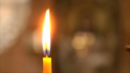 церковные свечи, фон  не в фокусе