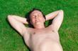 Мужчина лежит на зеленой траве