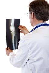 Rückansicht eines Arztes der Röntgenbild betrachtet