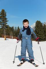 4 jähriger Junge beim Ski-Fahren
