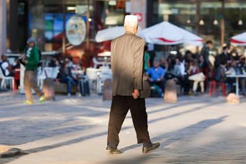 viel homme digne se promenant en France à Lyon
