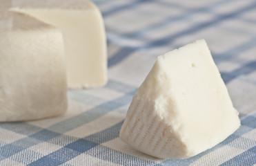 queso sobre mantel azul