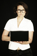 Geschäftsfrau mit Laptop in der Hand