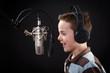 Leinwanddruck Bild - junge singt ins mikrofon