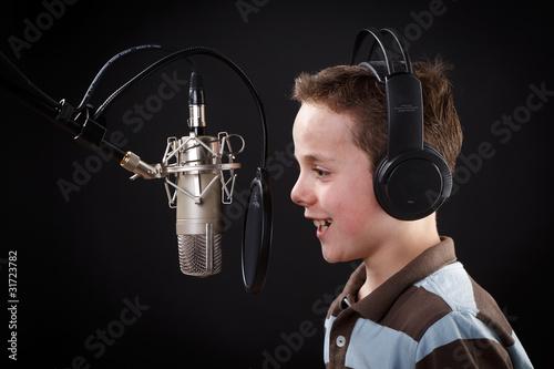 Leinwanddruck Bild junge singt ins mikrofon