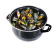 casserole de moules marinieres sur fond blanc - 31724903