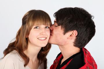 Er küsst sie