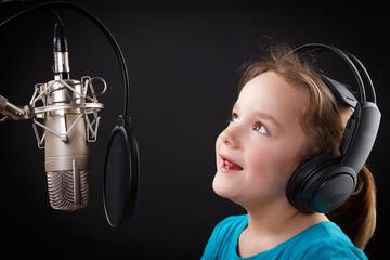 mädchen mit kopfhörer am mikrofon