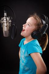 mädchen hat spaß beim singen