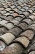 tegole di un tetto di vecchia casa
