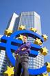 cooler Geschäftsmann vor Eurosymbol