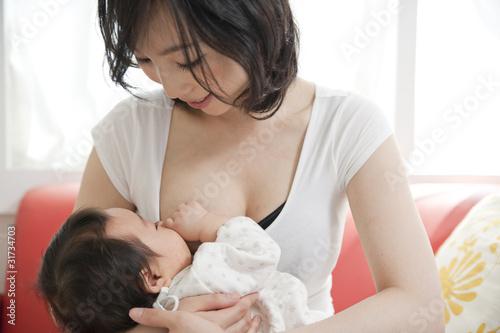 授乳する母親 - 31734703