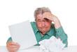 Senior mit einem Haufen Arbeit