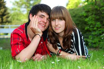 Paar auf dem Rasen