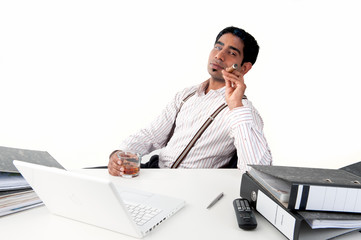 Mann im Büro mit Zigarre und Whisky