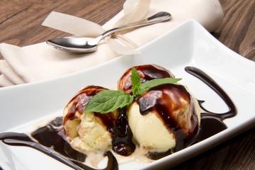 gelato alla crema con decorazione al cioccolato