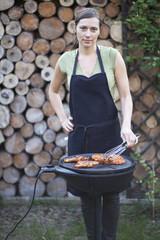 Frau beim Grillen