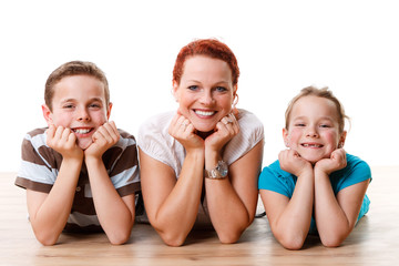 junge mutter mit zwei kindern