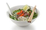 Pho bo, vietnamesischen Reis Nudelsuppe mit Rindfleisch in Scheiben geschnitten selten