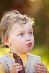kleiner Junge nascht einen Osterhasen