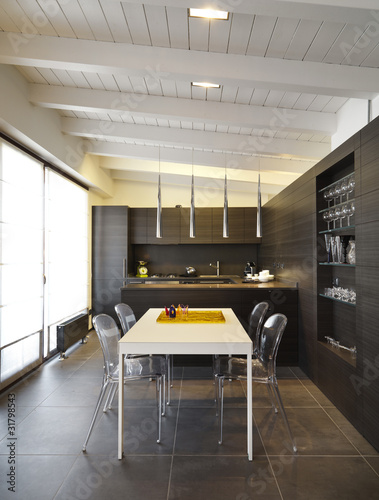 Moderna cucina di legno con tavolo bianco in mansarda for Mansarda in legno bianco