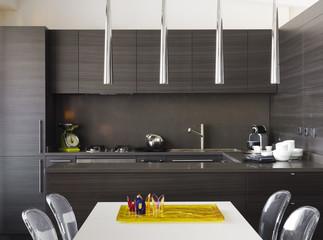 Moderna cucina di legno con tavolo bianco