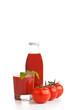 Tomatensaft im Glas mit Flasche und drei Tomaten