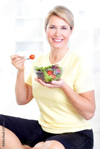 woman eating salad - 31805711