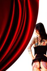 カーテンとタトゥーの女